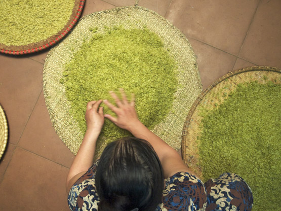 Removing clumps from the pounded young green rice